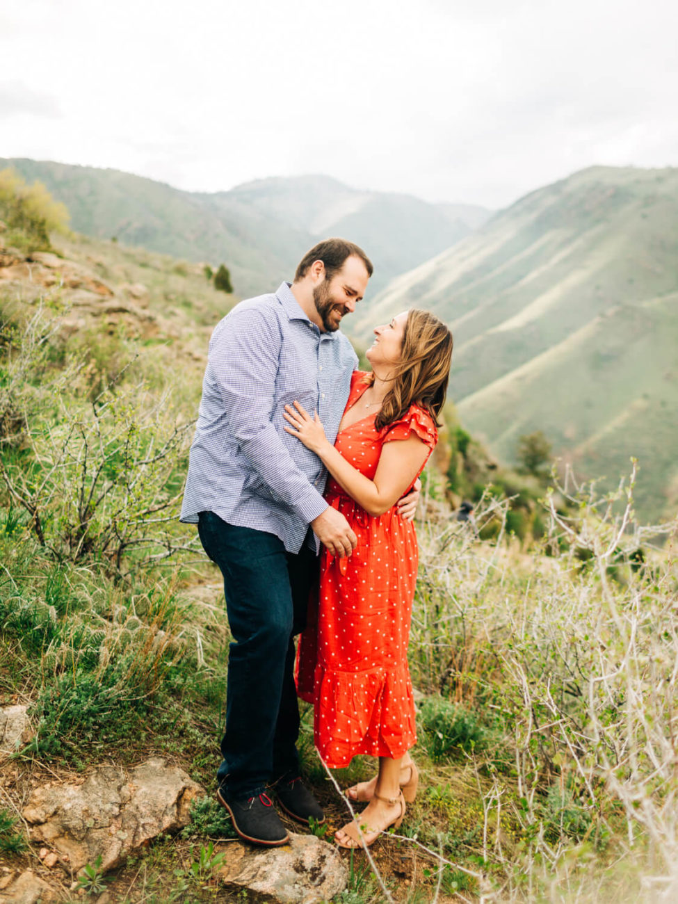 couple hugs in the mountains